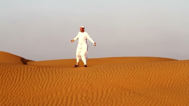 Arab muž na modlení a na cestách