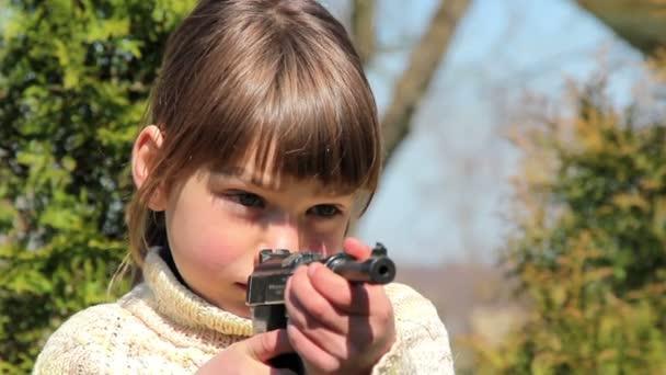 chlapec s pistolí, chlapec hraje zbraň, malý bojovník