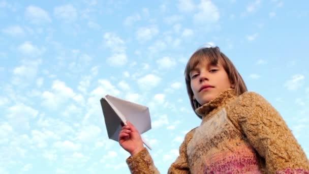 chlapec s papírové letadlo. zblízka - Metráž 1920x1080p