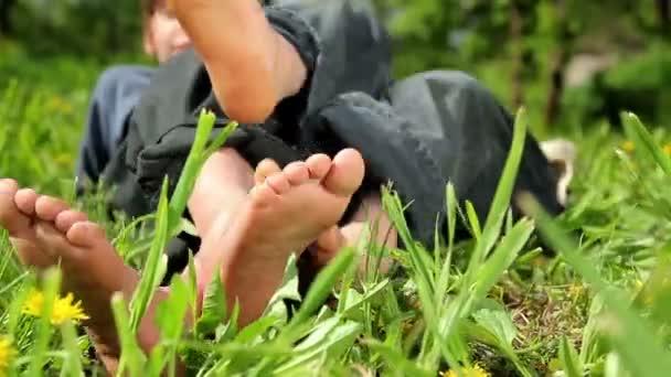 Füße und Beine Kind, Babys Füße im Gras
