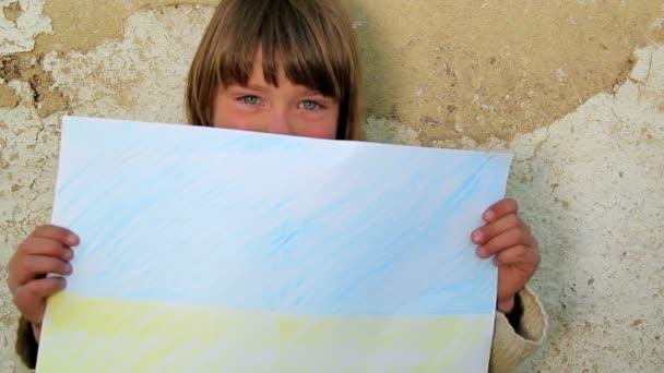 chlapec s arch paper.child držící list paper.against na pozadí staré zdi