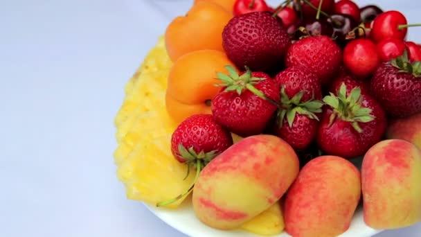 a plate.sliced friss gyümölcs, friss gyümölcs.