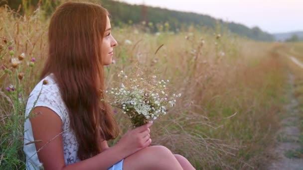 portrét girl.teen dívka s kyticí volně v přírodě.
