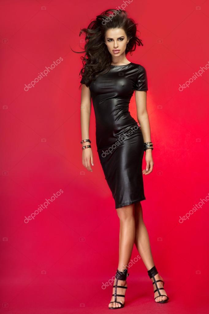 Раздетая Брюнетка В Вызывающем Красном Платье Из Кожи