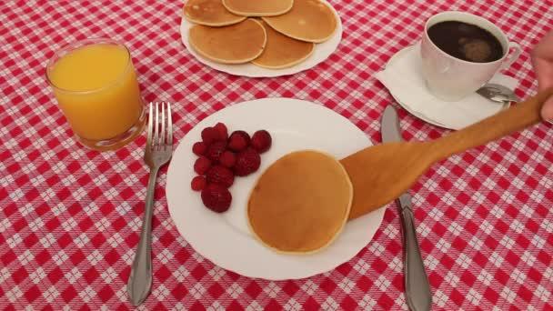 snídaně palačinky s jahodami a smetanou