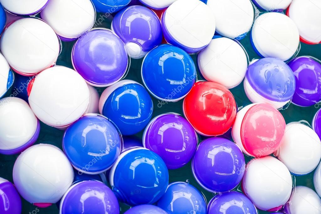 539c41a10 bolas de colores en el agua — Fotos de Stock © aaa187 #43687717