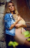 schönes Mädchen mit Katze
