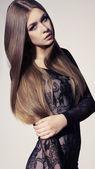 Mladá dívka s dlouhými vlasy
