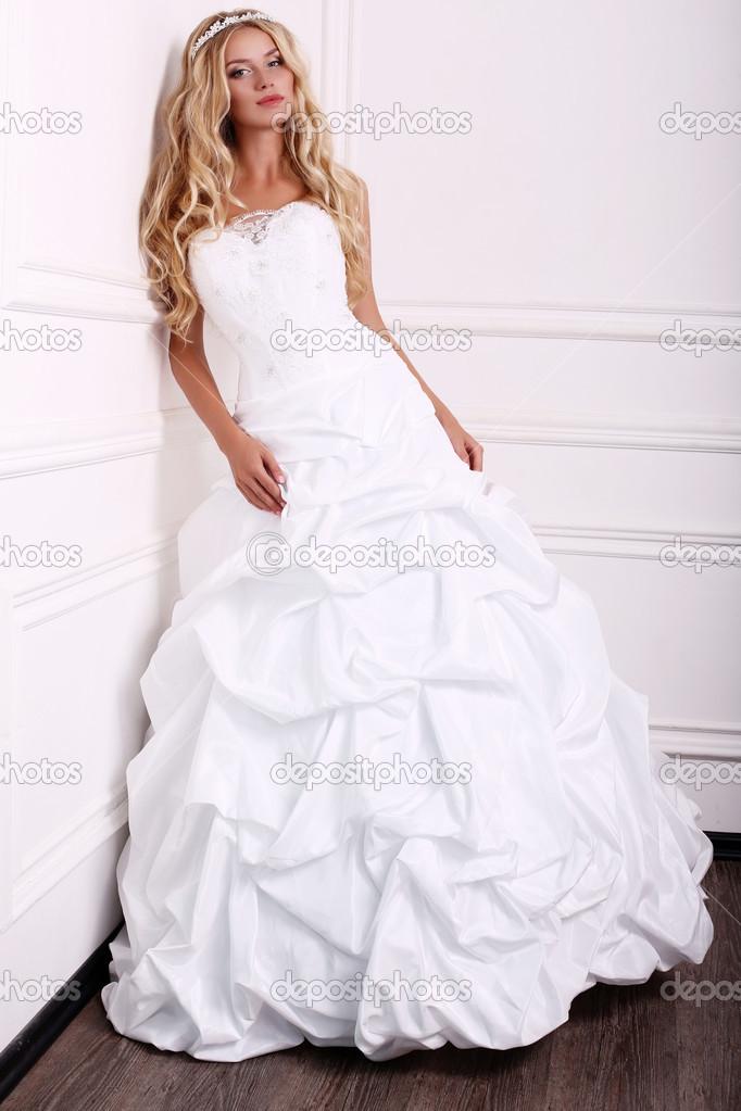 Schone Braut Mit Blonden Haaren Im Hochzeitskleid Stockfoto