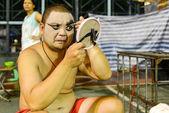 Hong kong, Čína - srpen 18, 2014: tradiční operní herec dělá v zákulisí tradiční čajovna. obecně herec potřebuje 30-60 minut dokončit celý proces