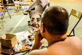 hong kong, Kína - augusztus 18, 2014: a hagyományos opera színész alkotó hagyományos teaház vissza szakaszban. általában a színész szükséges 30-60 jegyzőkönyv-hoz kiegészít a egész folyamat