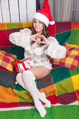 Krásná mladá dívka v čepici santa Claus