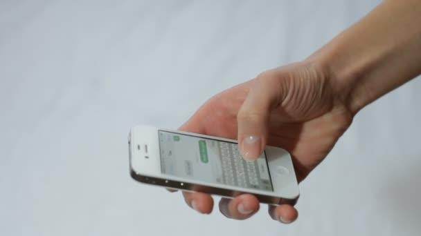 psaní zpráv. dotykový telefon. mobilní telefon