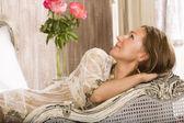 Krása ženy v posteli v bílý interiér