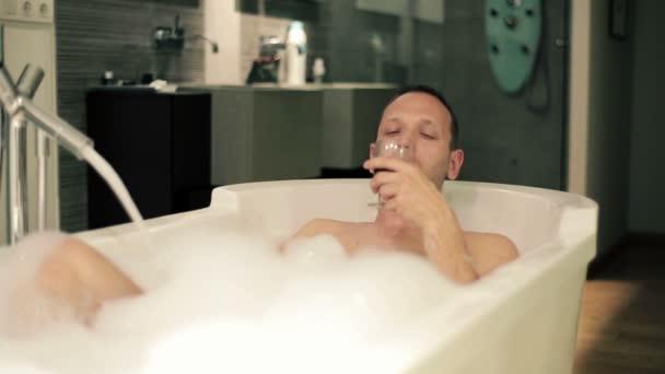 Uomo In Vasca Da Bagno.Uomo Rilassante Nella Vasca Da Bagno Con Il Vino