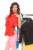 Fotografie mladá žena výběr oblečení