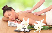 Photo Beautiful woman enjoying a massage therapy