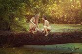 Fotografie divocí lidé v lese