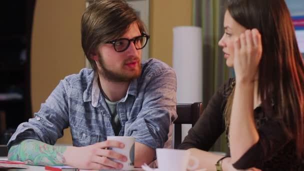 Resultado de imagem para casal conversando