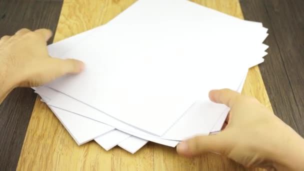 muž organizovat prázdný papír na pozadí