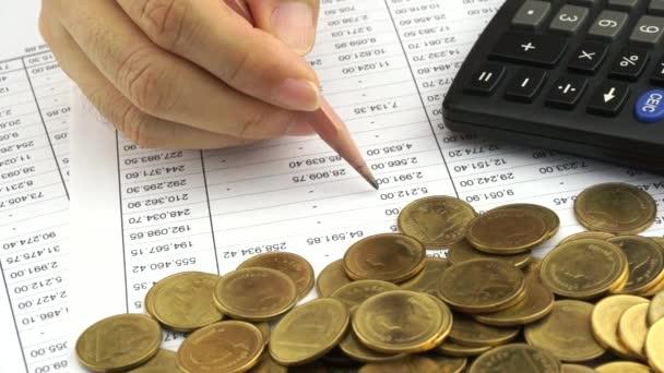 muž plánování financí účet s tužkou