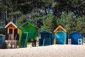 Některé pestrobarevné pláže chaty v jamkách vedle moře