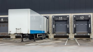 Distribution centre with docking station for trucks