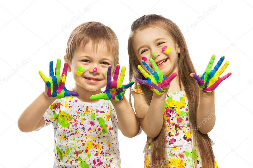 Ni a y ni o con manos pintadas con pintura colorida foto - Ninos pintando con las manos ...