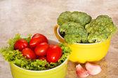 čerstvá brokolice, rajčata v miskách