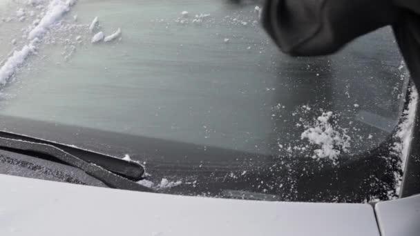zimní jízdy - žena škrábání ledu z čelního skla