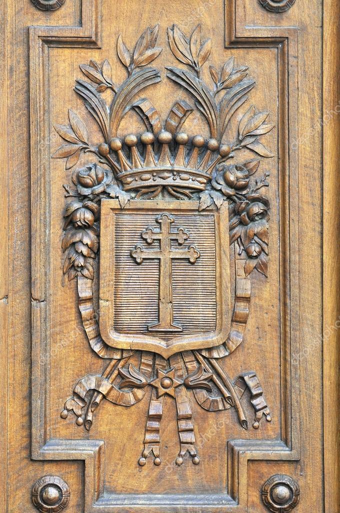 detalles de grabados en madera en las puertas antiguas e histricas u foto de stock