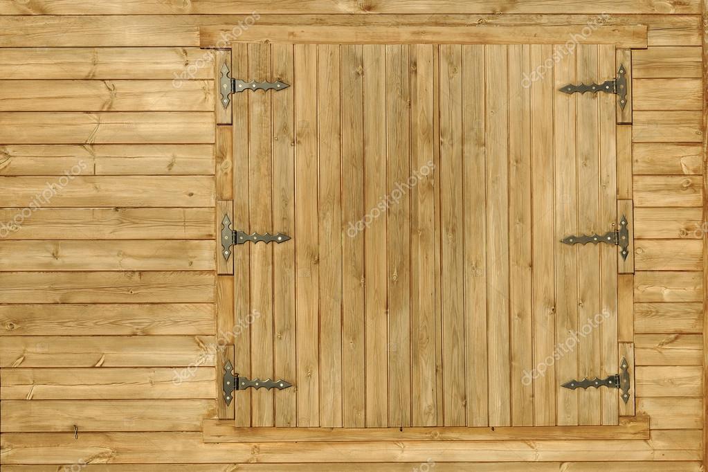 Fachada de casa de madera y ventanas r sticas fotos de for Ventanas de madera rusticas precio