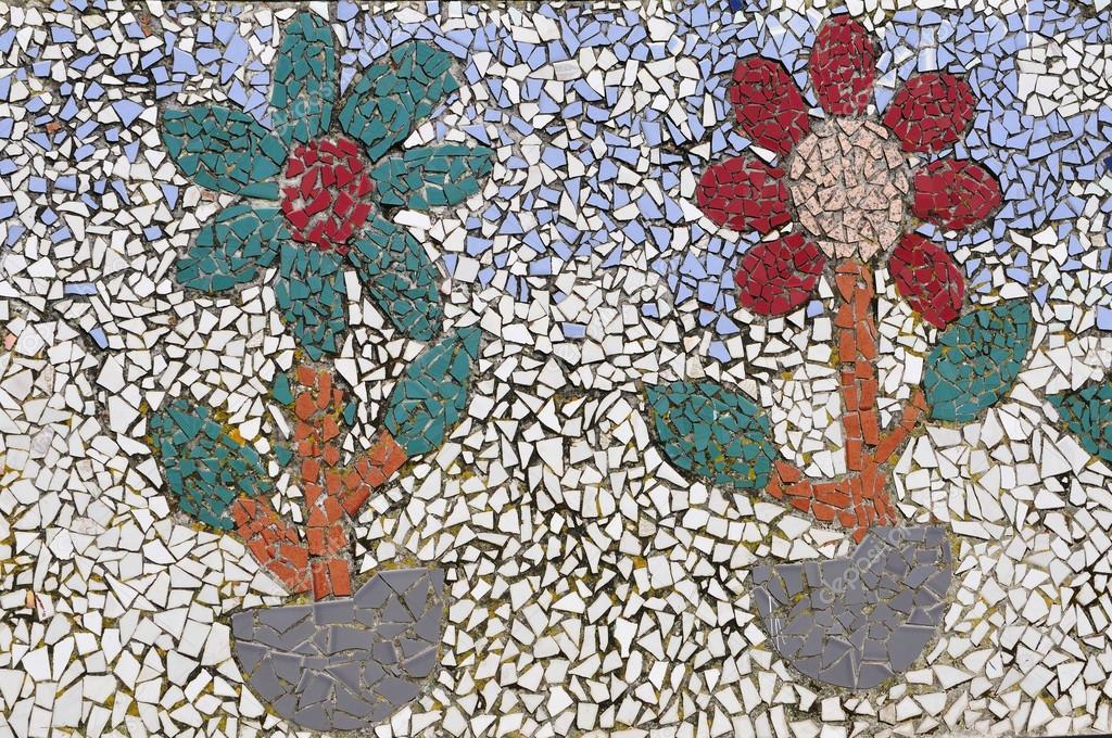 Fiori realizzati con pezzi di piastrelle colorate u foto stock