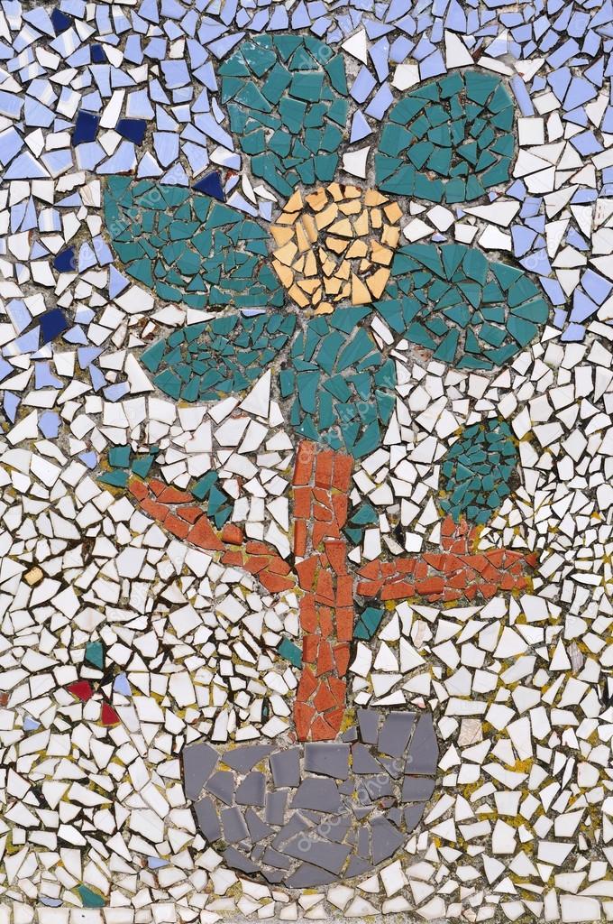 flores hechas con trozos de azulejos de colores u fotos de stock