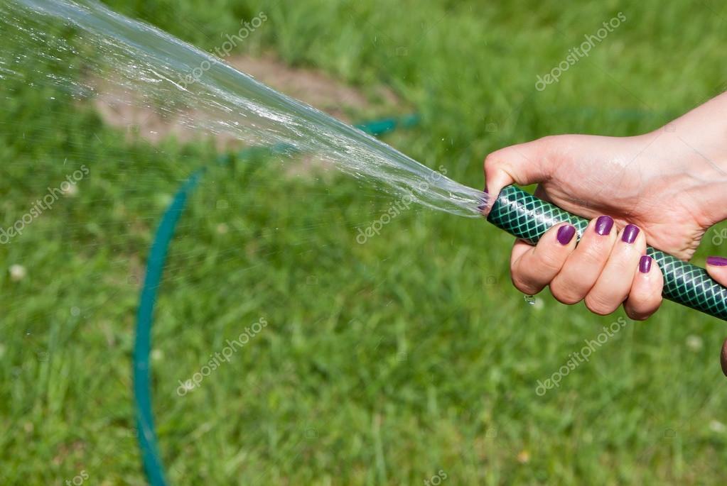 El agua de una manguera de jardín — Foto de Stock