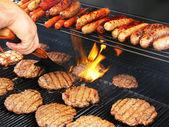 Fotografie obracející hamburgery