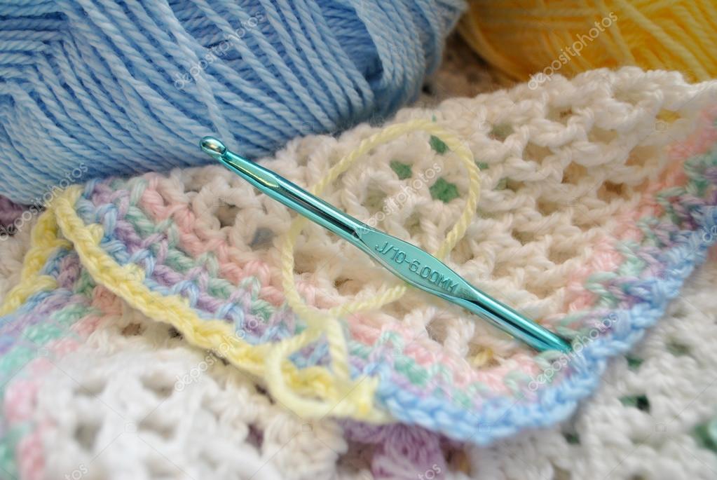 Haak Een Multi Gekleurde Baby Deken Stockfoto Bandd 38404715