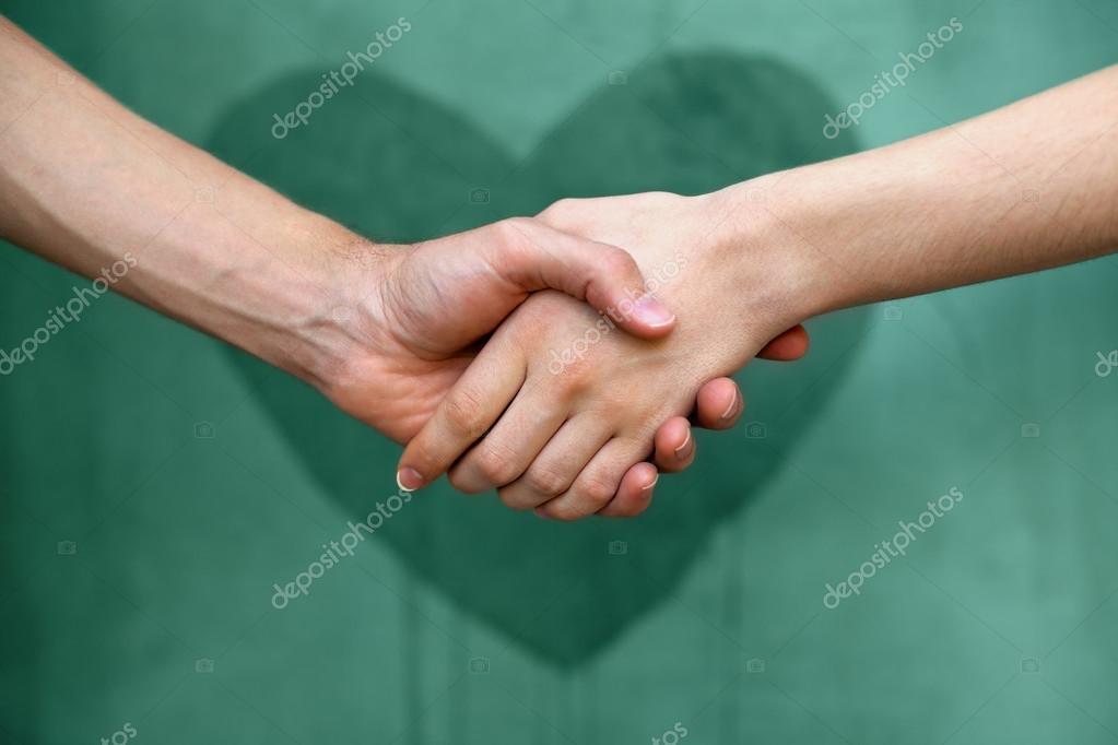 модели почему мужчина сильно зжимает руку женщины стирки