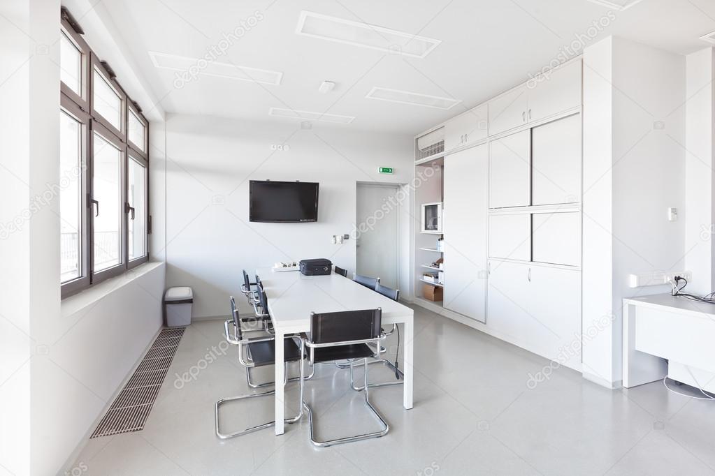 Moderne kantoor met witte meubels kast bureau van de conferentie