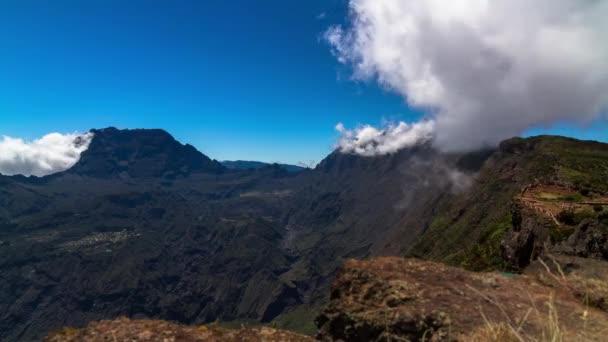 timelapse mraky nad pohoří, městě cilaos, Réunion