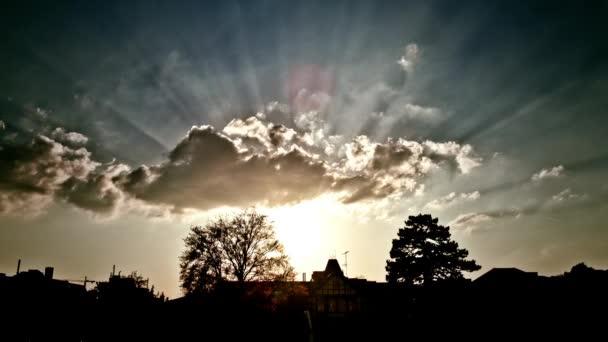 západ slunce s sluneční paprsky, pruhy a nádherné clouds tváření.