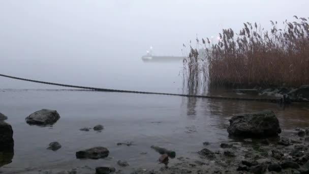 Ponorka se plaví kolem pobřeží v mlze