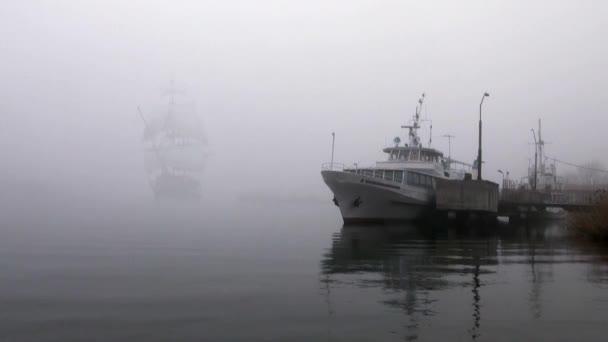 plachetnice v plné plachty vyjde mlha