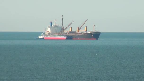 nákladní loď plovoucí na moři