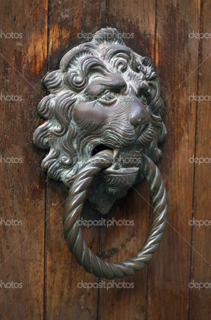 Gilded lion head door knob on the wooden door in Venice — Stock ...