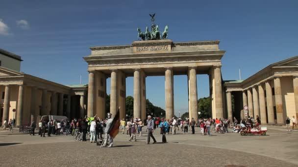 Touristen besuchen Brandenburger Tor in Berlin