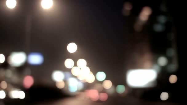 Verkehr in der Stadt in der Nacht