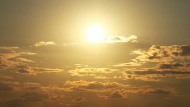 Naplemente idő telik el a felhők