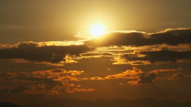 Čas západu slunce propadá mraky