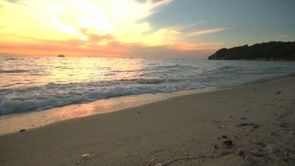 slunce pláže s vlny v moři